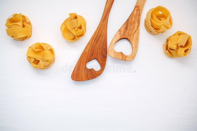 Italienische Nahrungsmittel Konzept und Menüdesign Getrockneter selbst gemachter Fettuccine stockfotos