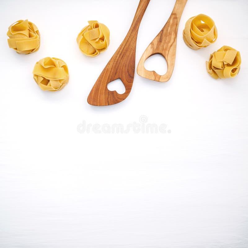 Italienische Nahrungsmittel Konzept und Menüdesign Getrockneter selbst gemachter Fettuccine lizenzfreies stockbild