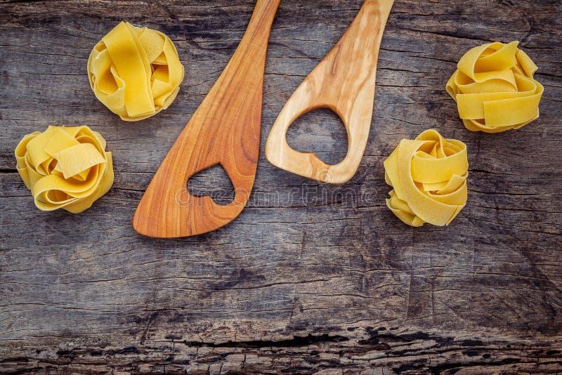 Italienische Nahrungsmittel Konzept und Menüdesign Getrockneter selbst gemachter Fettuccine stockfotografie