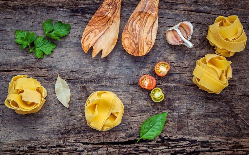 Italienische Nahrungsmittel Konzept und Menüdesign Getrockneter selbst gemachter Fettuccine lizenzfreies stockfoto