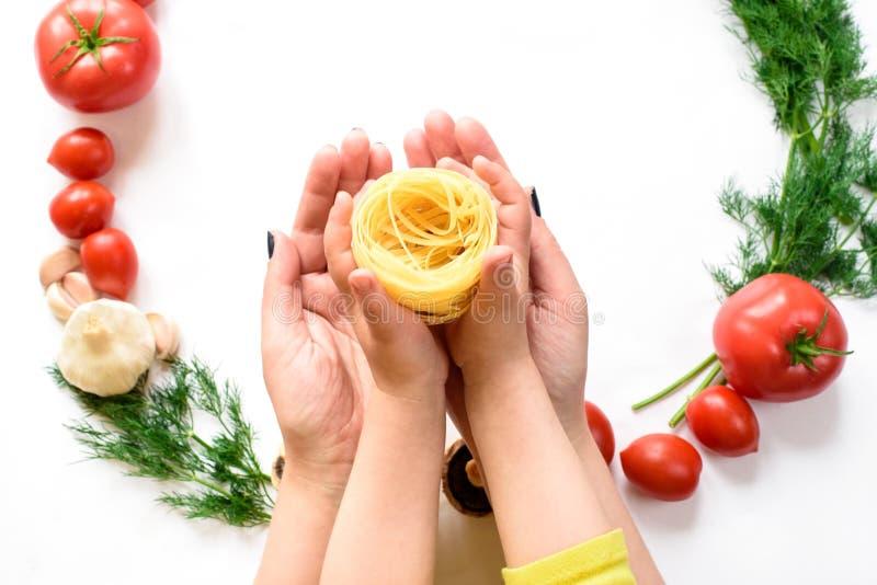 Italienische Nahrungsmittelharmonie in den leichten sauberen Händen, weißer Hintergrund lizenzfreies stockbild