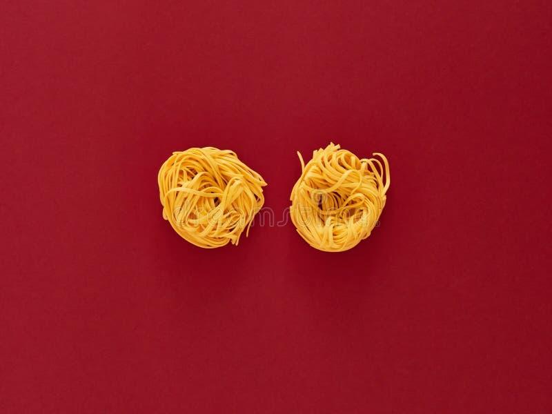 Italienische Nudelteigwaren ungekocht über Weinhintergrund im Studio von der Draufsicht lizenzfreies stockbild