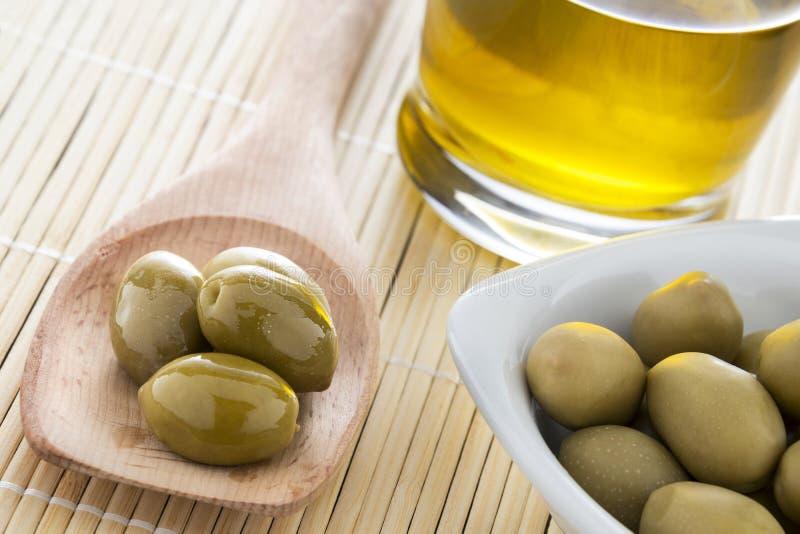 Italienische Oliven und Öl lizenzfreie stockfotografie
