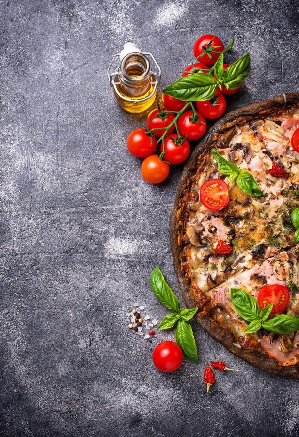 Italienische Pizza auf schwarzem Teig Modisches Lebensmittel stockfotografie