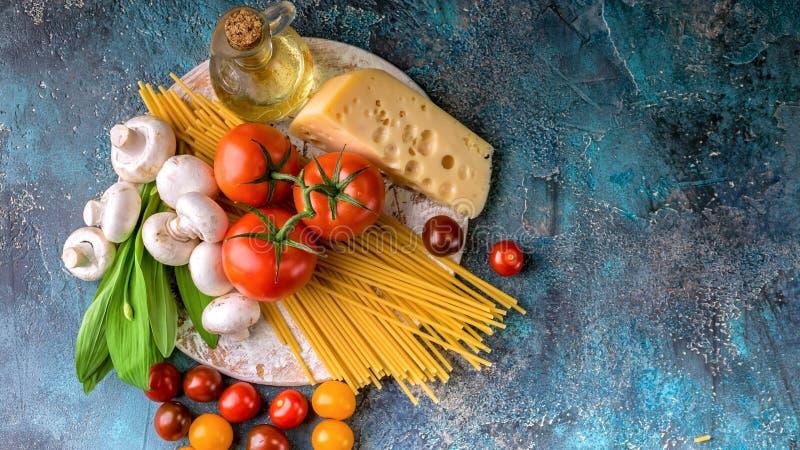 Italienische rohe Teigwaren, Pilze, Tomaten, Kr?uter und Gew?rze der Nahrungsmittelfahne Traditionelle MittelmeerK?che stockfotos