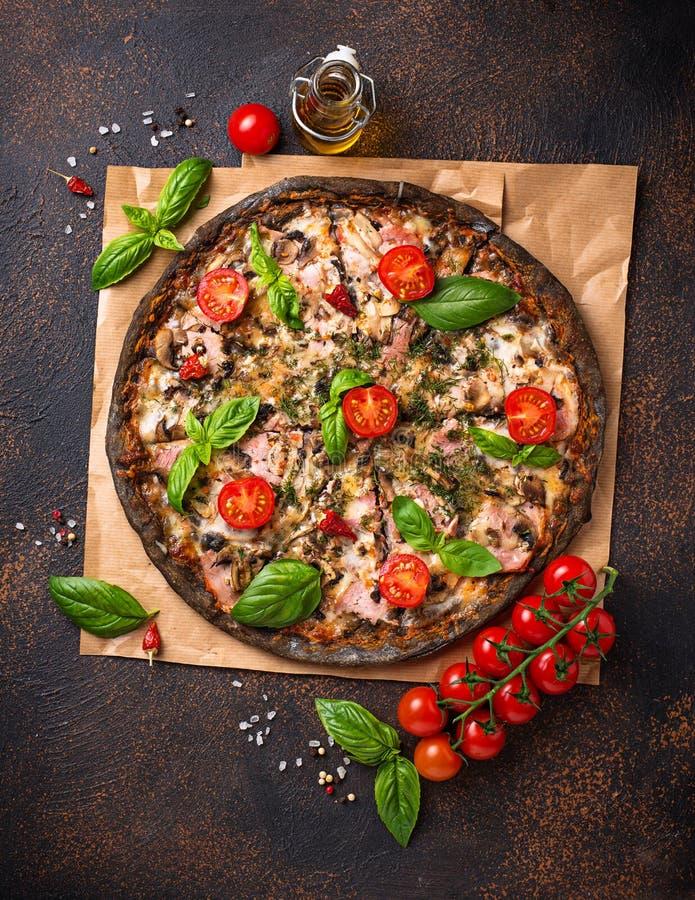 Italienische schwarze Pizza des modischen Lebensmittels stockfoto