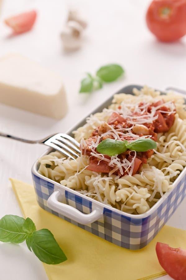 Italienische selbst gemachte Teigwaren mit Tomatensauce, Basilikum und Parmesankäse che stockfotos
