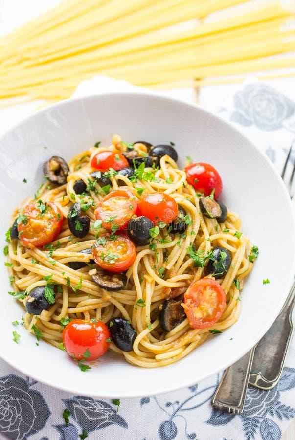 Italienische Spaghettis puttanesca Teigwaren lizenzfreie stockfotografie