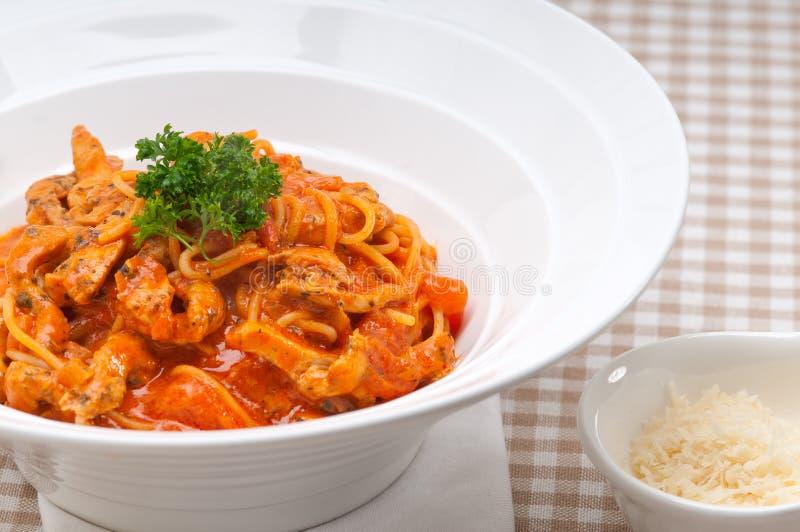 Italienische Spaghettiteigwaren mit Tomate und Huhn stockfotos