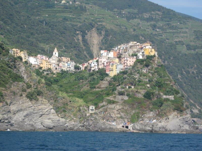 Italienische Stadt angeschmiegt in den Bergen an der Küste stockbild