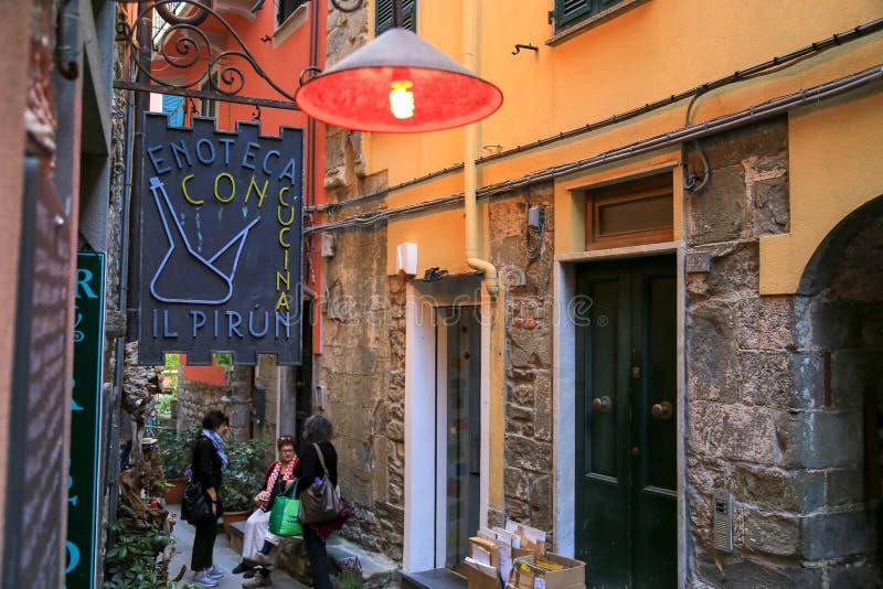 Italienische Straße mit Weinbar in Ligurien, Italien lizenzfreies stockbild