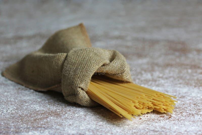 Italienische Teigwaren in der Segeltuch-Tasche mit Parmesankäse-Parmesankäse stockfotos