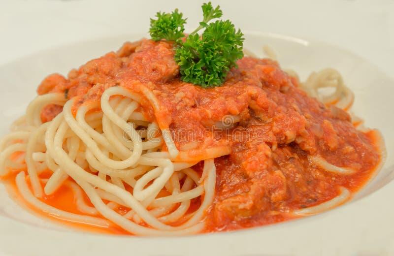 Italienische Teigwaren der Spaghettis mit und frischem Basilikum der Tomatensauce von Bolognese nahaufnahme lizenzfreies stockfoto