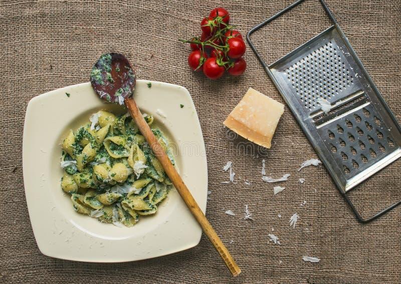 Italienische Teigwaren des sahnigen Spinats mit frischen Kirschetomaten lizenzfreie stockfotografie