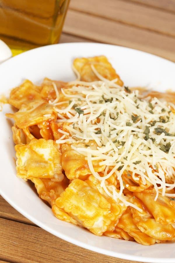 Italienische Teigwaren mit Käse und Tomate lizenzfreies stockfoto