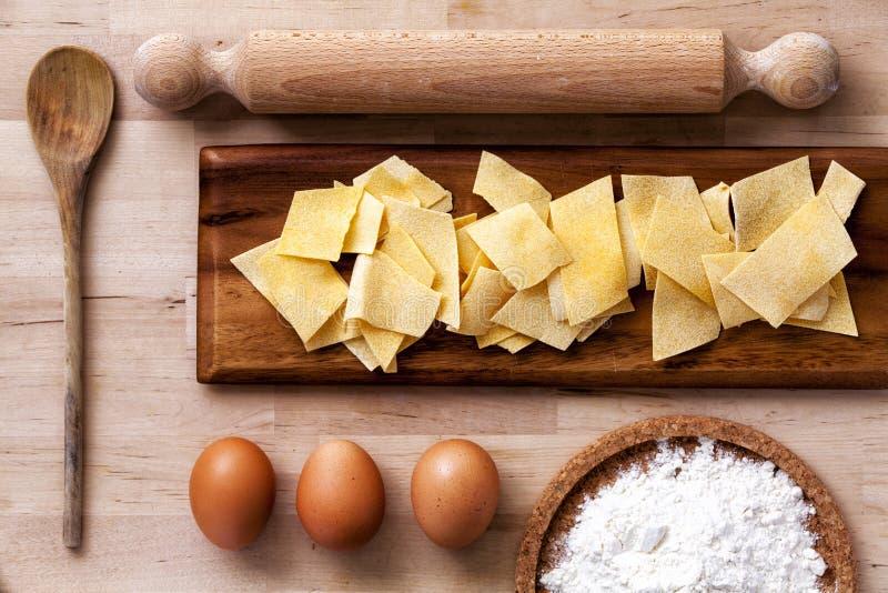 Italienische Teigwaren Nudelholz, Mehl, Eier, Schöpflöffel Hölzerne Oberfläche stockfoto