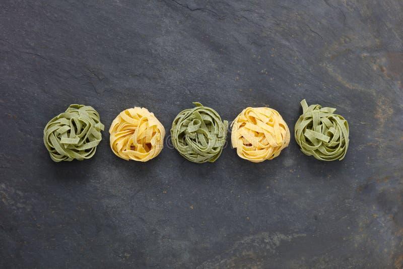 Italienische Teigwarenmahlzeit mit den Bandnudeln gemacht vom Ei und vom Spinat lizenzfreie stockfotos