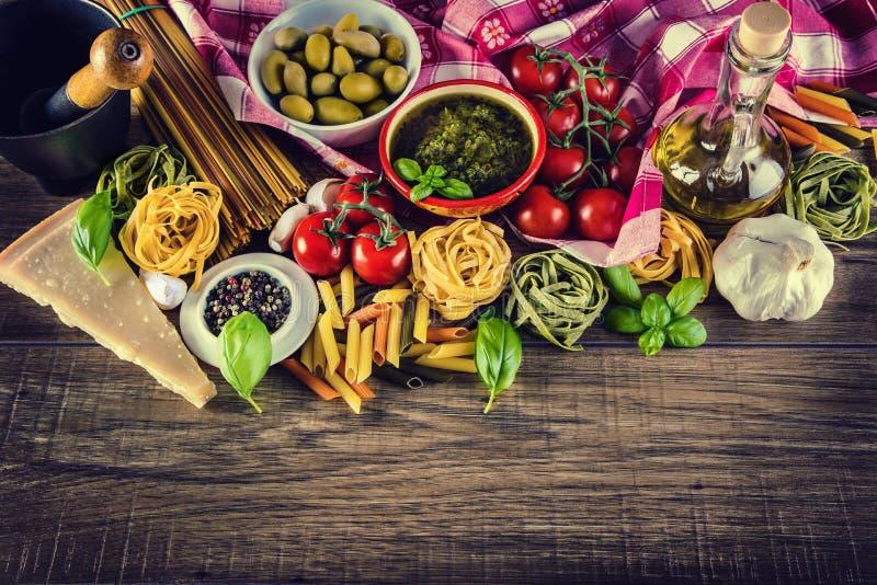 Italienische und Mittelmeerlebensmittelinhaltsstoffe auf altem hölzernem Hintergrund lizenzfreie stockfotos