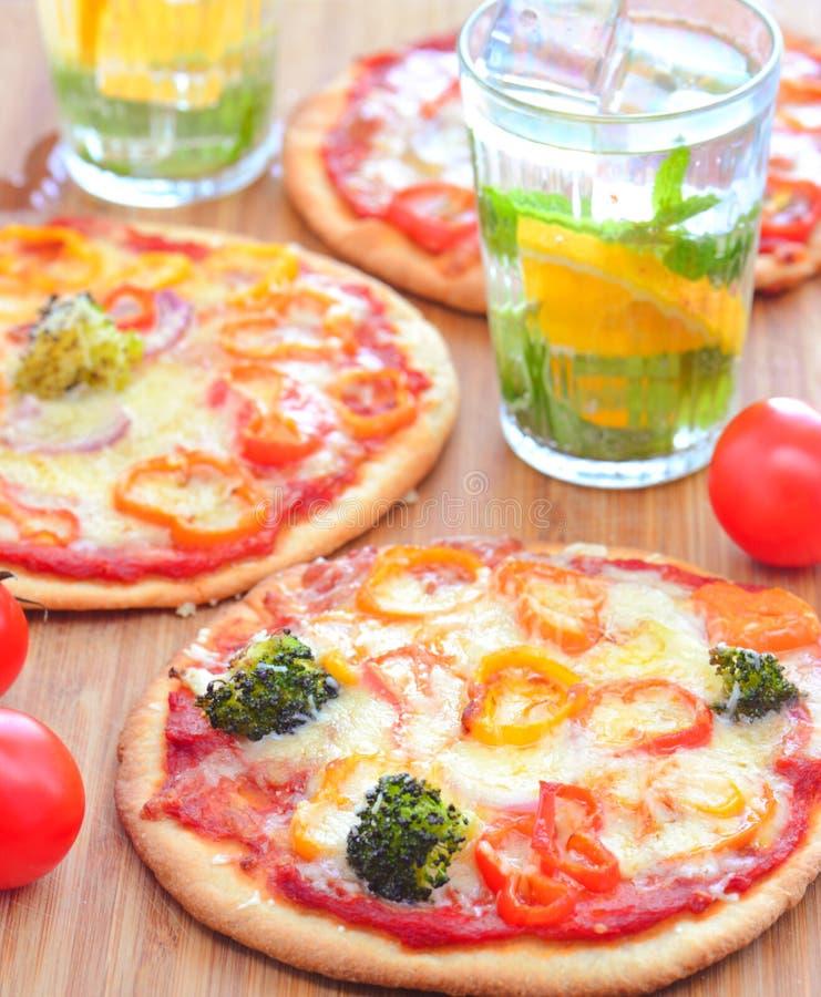 Italienische vegetarische Pizza mit Getränken stockfotografie