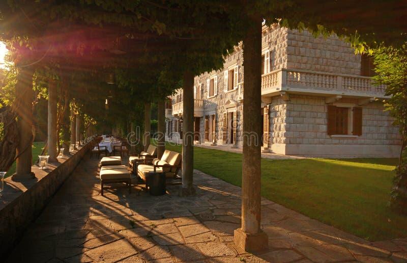 Italienische Villa mit Sommerterrasse (Italien) stockfotos
