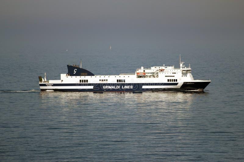 Italienische Zwischenlage, die nach Sizilien segelt stockbild