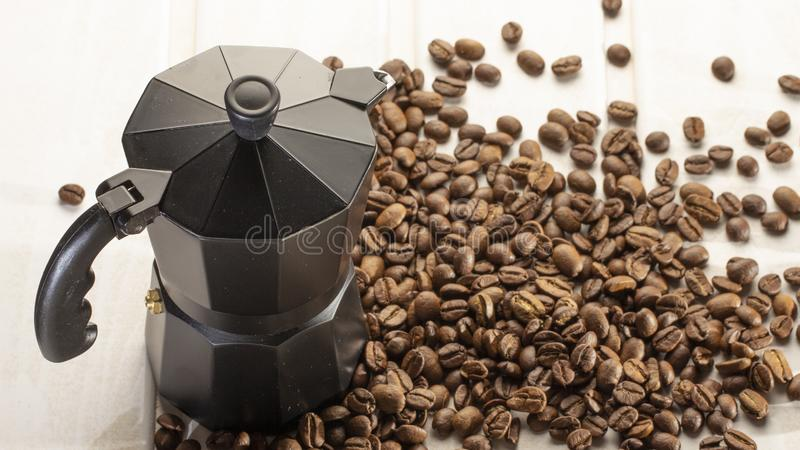 Italienischer coffe Topf gefüllt mit Kaffeebohnen auf weißem hölzernem Hintergrund Kopieren Sie Platz lizenzfreie stockfotos