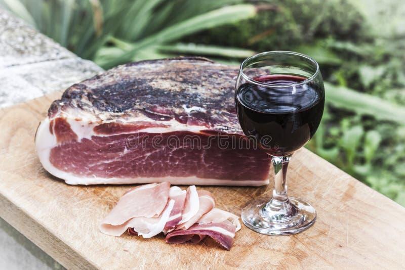Italienischer Fleck und Rotwein lizenzfreie stockbilder