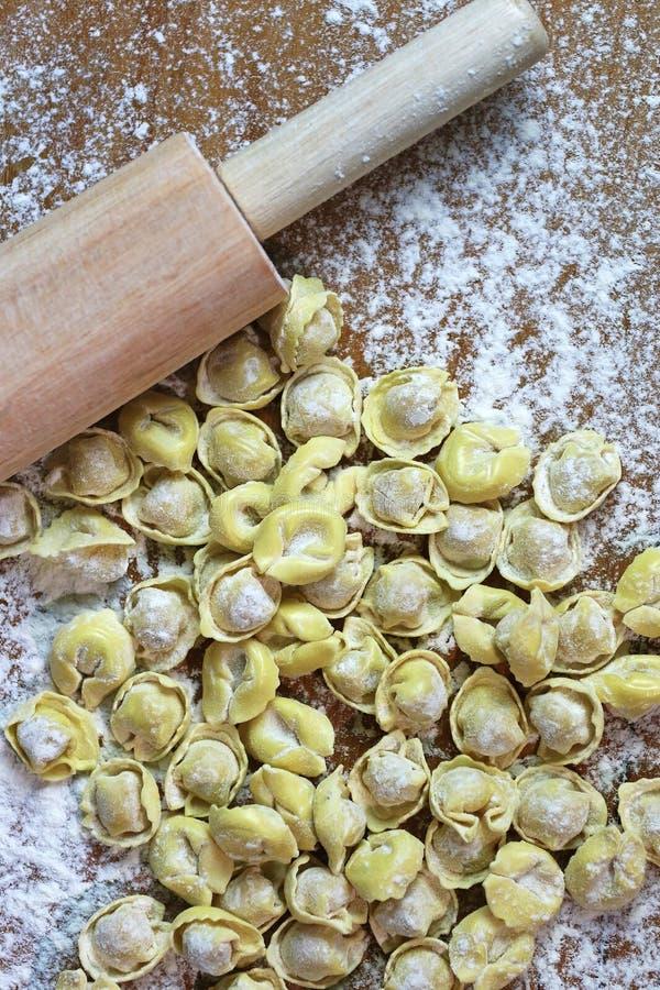 Italienischer frischer Teigwaren Tortellini mit Nudelholz lizenzfreie stockfotos