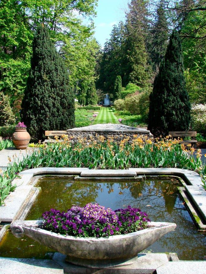 Italienischer Garten mit Brunnen lizenzfreies stockbild