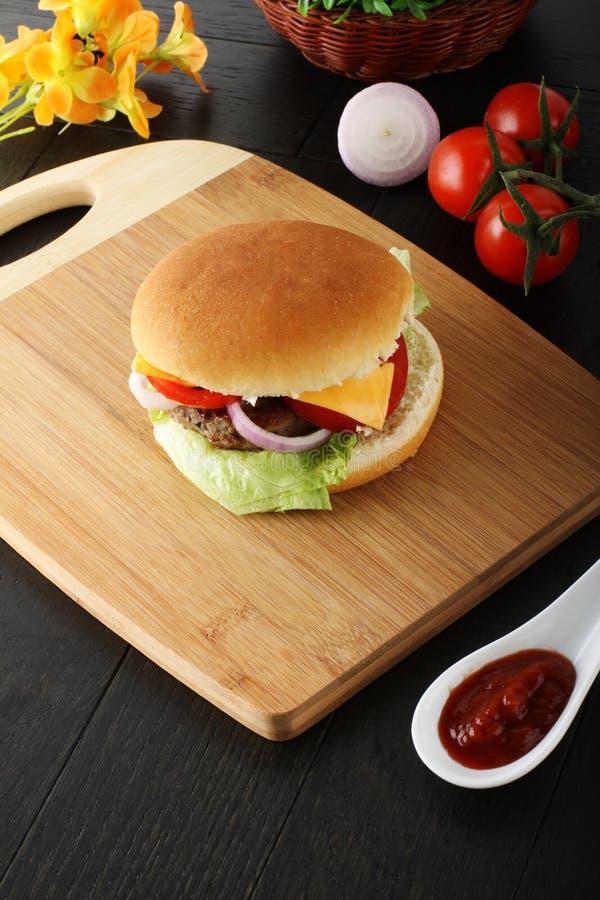 Italienischer Hamburger mit Fleisch, Käse und Zwiebel lizenzfreies stockbild
