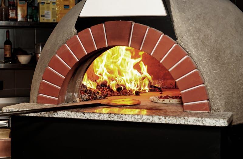 Italienischer Holz-abgefeuerter Pizzaofen, getont lizenzfreies stockfoto