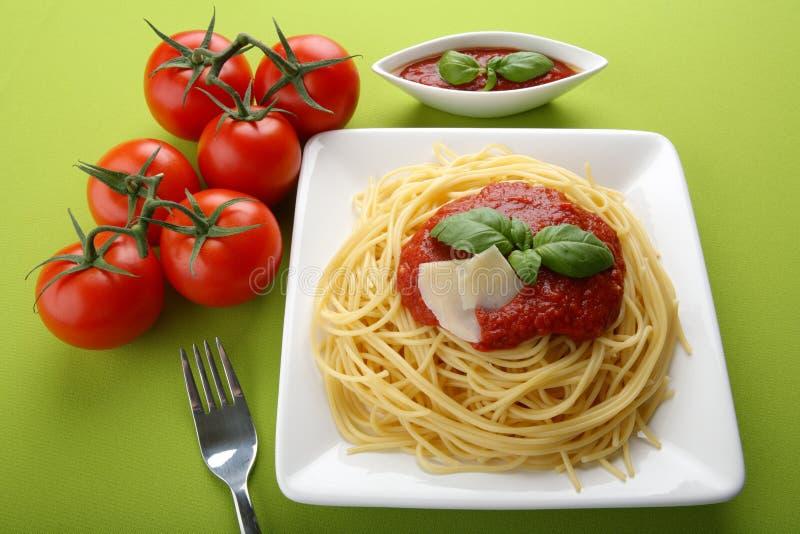Italienischer Isolationsschlauch mit Tomatensauce und Parmesankäse. lizenzfreie stockbilder