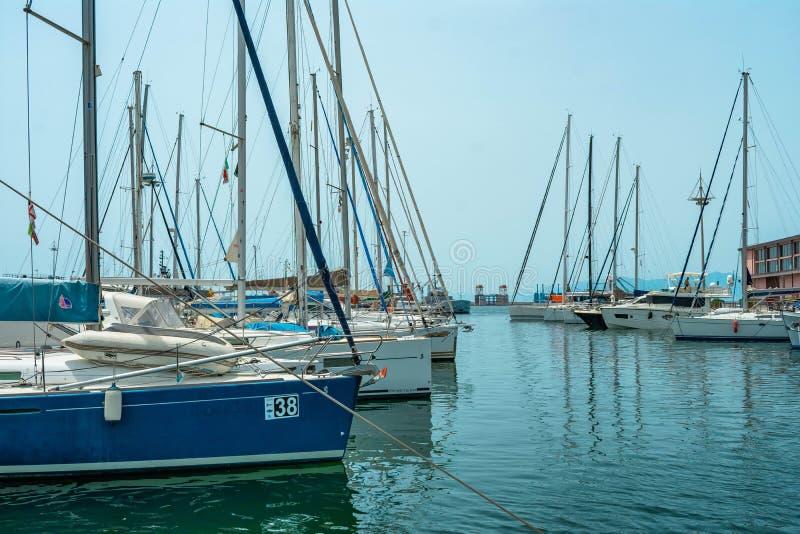 Italienischer Jachthafen mit Segelboot und Vögeln stockfoto