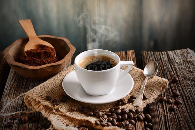 Italienischer Kaffee in der kleinen weißen Schale stockfotos
