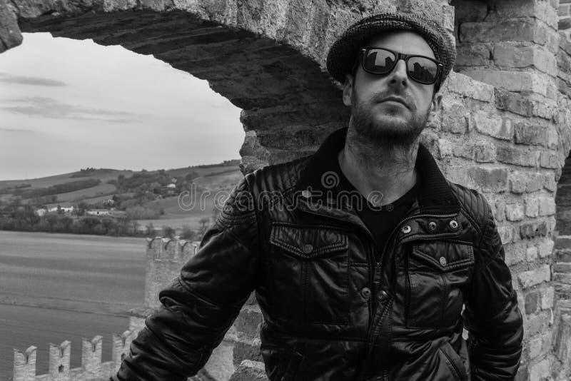 Italienischer Kerl mit Sonnenbrille stockfotografie