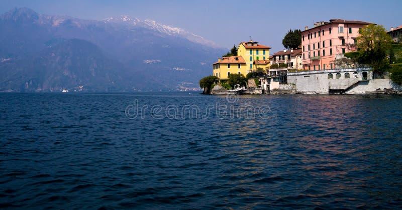 Italienischer Landsitz auf einem Abgrund, der in See Como hervorsteht lizenzfreie stockfotos