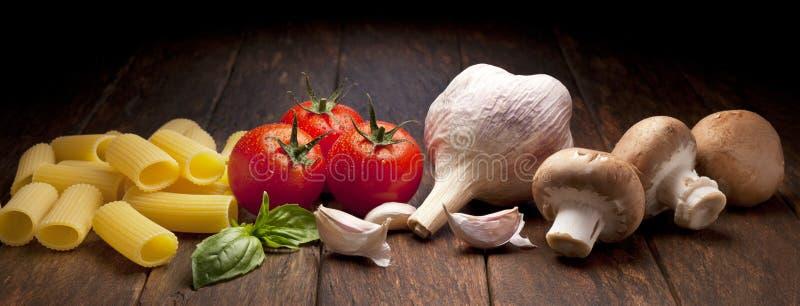 Italienischer Lebensmittel-Teigwaren-Hintergrund lizenzfreie stockfotografie