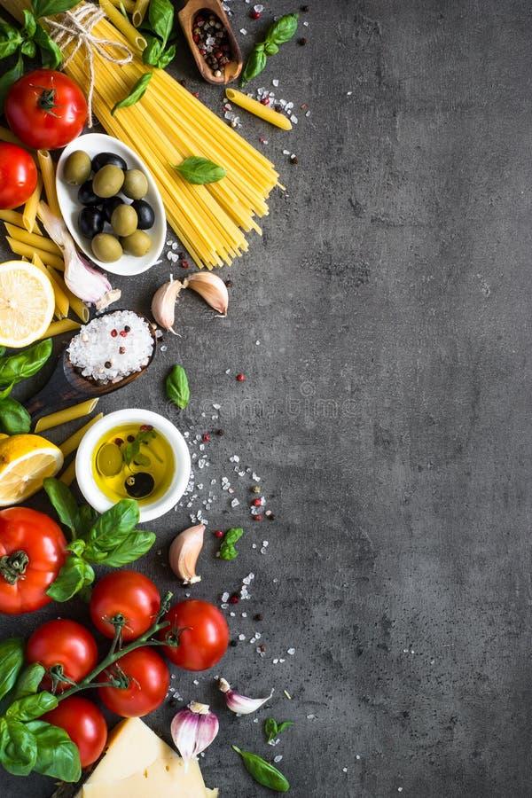 Italienischer Lebensmittelhintergrund auf schwarzer Steintabelle Beschneidungspfad eingeschlossen stockfoto