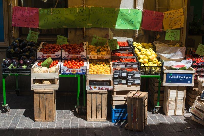 Italienischer Obst-und Gemüsehändler lizenzfreie stockbilder