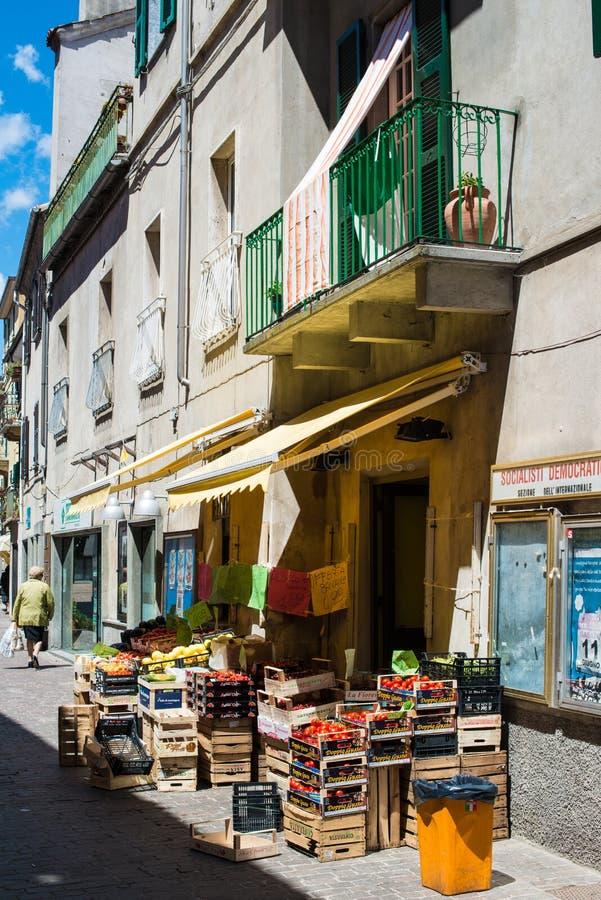 Italienischer Obst-und Gemüsehändler im kleinen Dorf lizenzfreie stockbilder