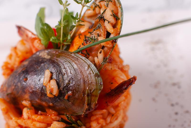Italienischer Risotto mit Meeresfrüchten, gegrillte Garnelen, Miesmuscheln in einem Oberteil Spanische Paella Mittelmeerrestauran lizenzfreie stockfotografie