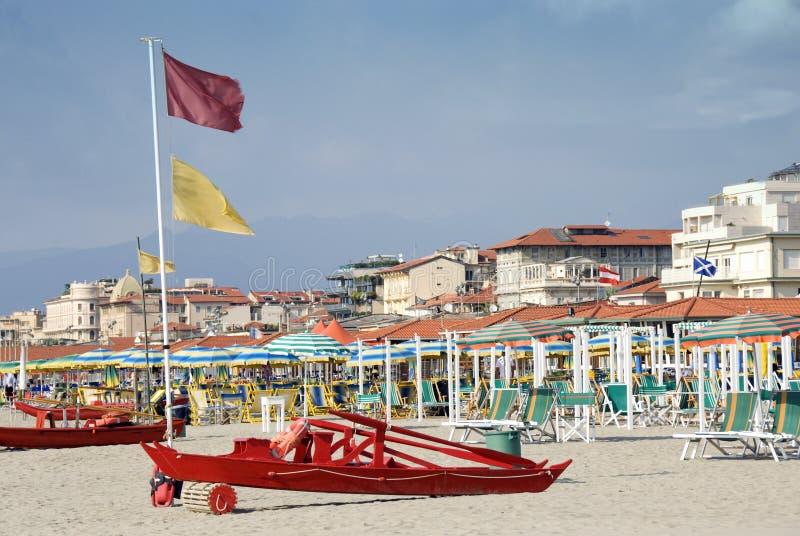 Download Italienischer Strand stockbild. Bild von boot, stuhl, braun - 6972397