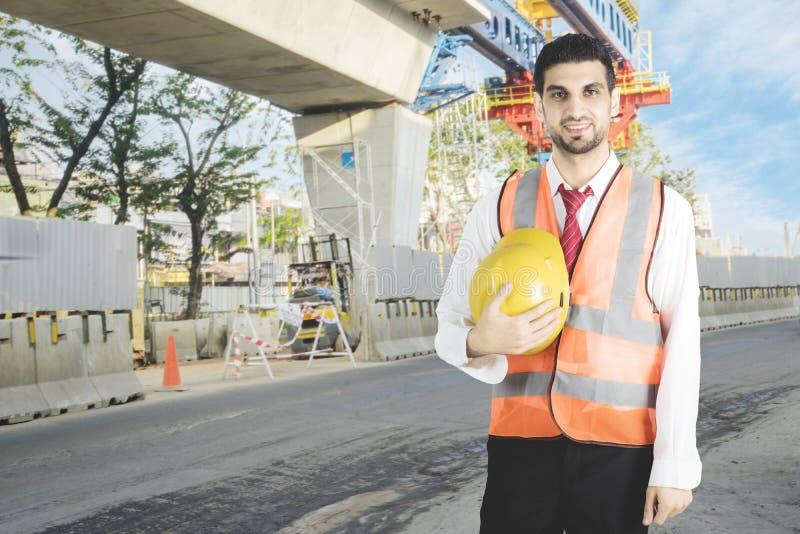 Italienischer Vorarbeiter steht an der Baustelle lizenzfreies stockbild