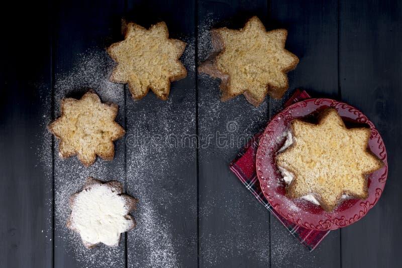 Italienischer Weihnachtskleiner kuchen mit Puderzucker Traditionelles festi lizenzfreie stockbilder