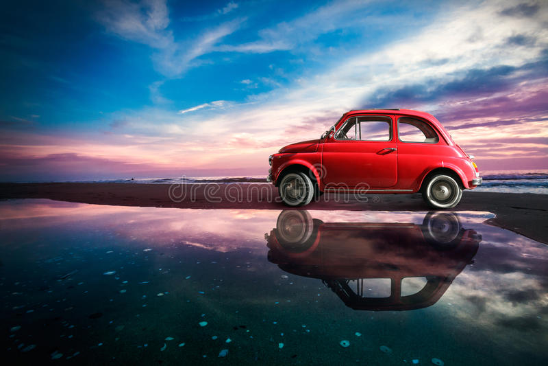 Italienisches Auto der alten Weinleseantike in erstaunlicher Seelandschaftsnatur lizenzfreie stockfotos