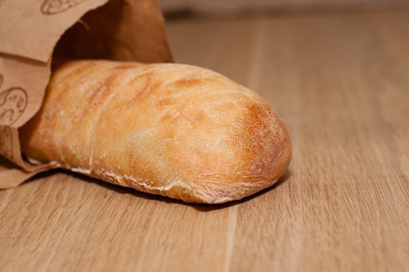 Italienisches Brot von ciabatta auf einem hölzernen Brett stockfotos