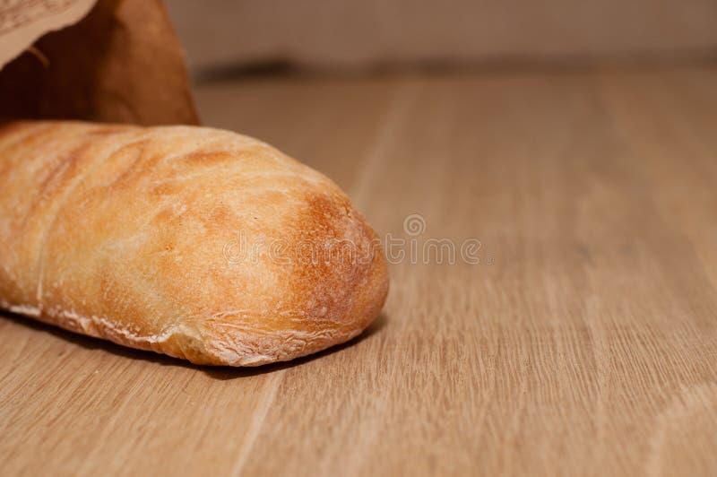 Italienisches Brot von ciabatta auf einem hölzernen Brett lizenzfreies stockbild