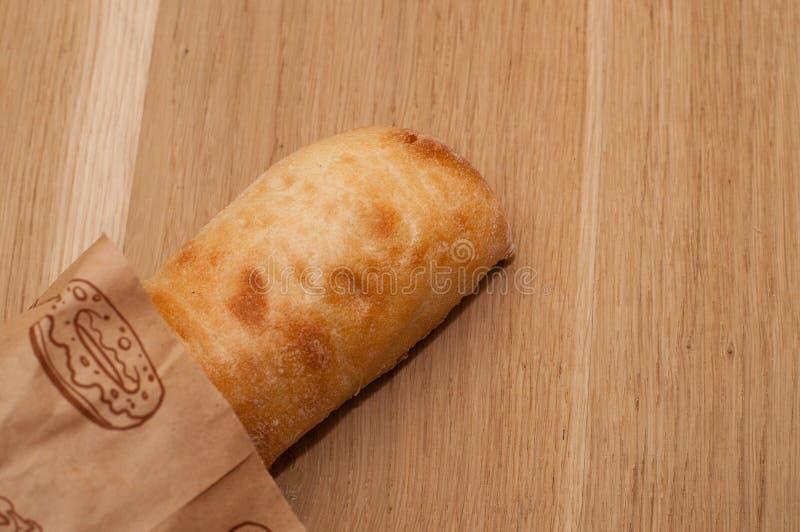 Italienisches Brot von ciabatta auf einem hölzernen Brett, Draufsicht lizenzfreie stockfotos