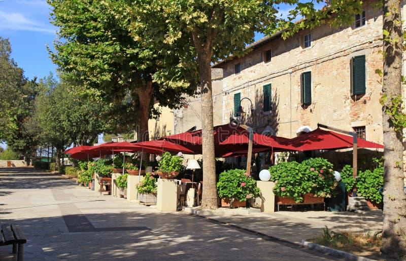 Italienisches Café im Freien mit Regenschirmen und Blumentöpfen im kleinen Schleppseil stockbild