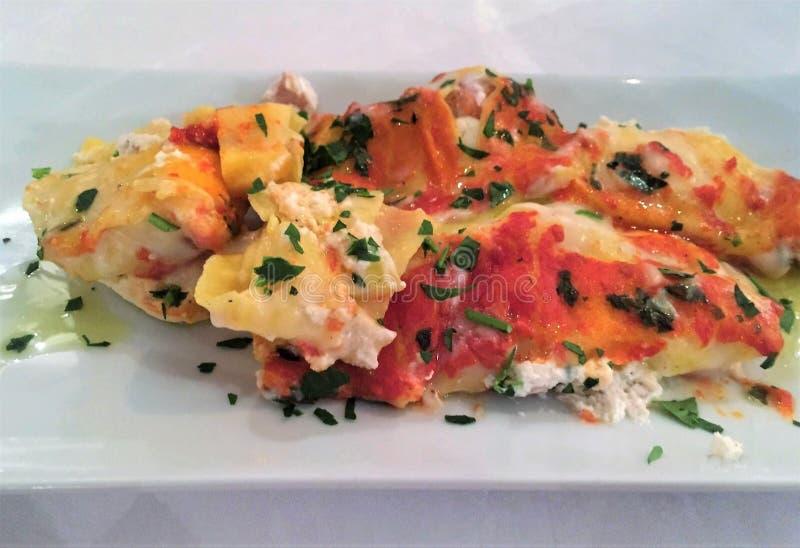 Italienisches cannoli des Teigs mit Hüttenkäse und Meeresfrüchten stockfotografie